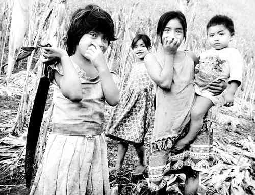 Niños desplazados en 1996 de la comunidad Jesús Carranza, captados el 10 de septiembre de 2001 en la comunidad de San Marcos, municipio chiapaneco de Sabanilla